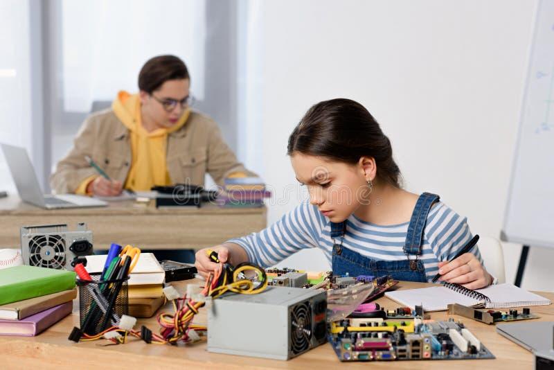 Jugendliche, die Computermotherboard studieren und reparieren stockfotos