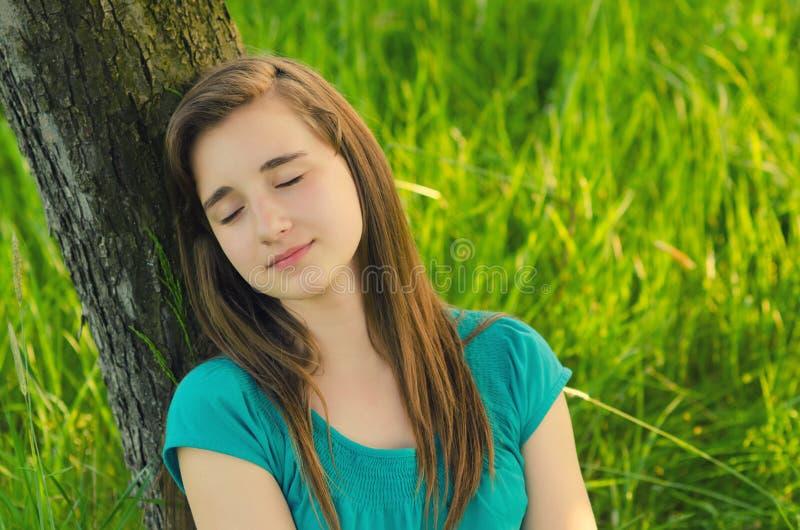 Jugendliche, die in der Natur schläft stockbilder