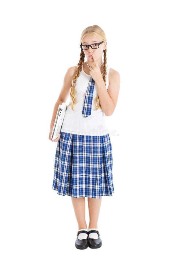 Jugendliche, die eine Schuluniform und Gläser halten einen Laptop trägt. lizenzfreie stockbilder
