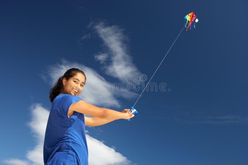 Jugendliche, die einen Drachen fliegt stockfotos