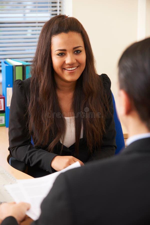 Jugendliche, die für Job interviewt wird lizenzfreies stockbild