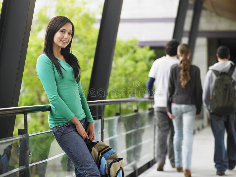 Jugendliche, die am Geländer sich lehnt lizenzfreies stockbild