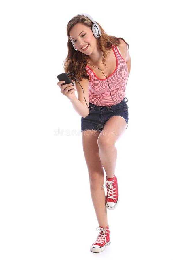 Jugendliche, die glücklichen Spaß zur Musik am Telefon tanzt lizenzfreies stockfoto