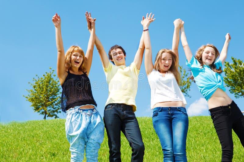 Jugendliche, die Hände anhalten lizenzfreie stockfotografie