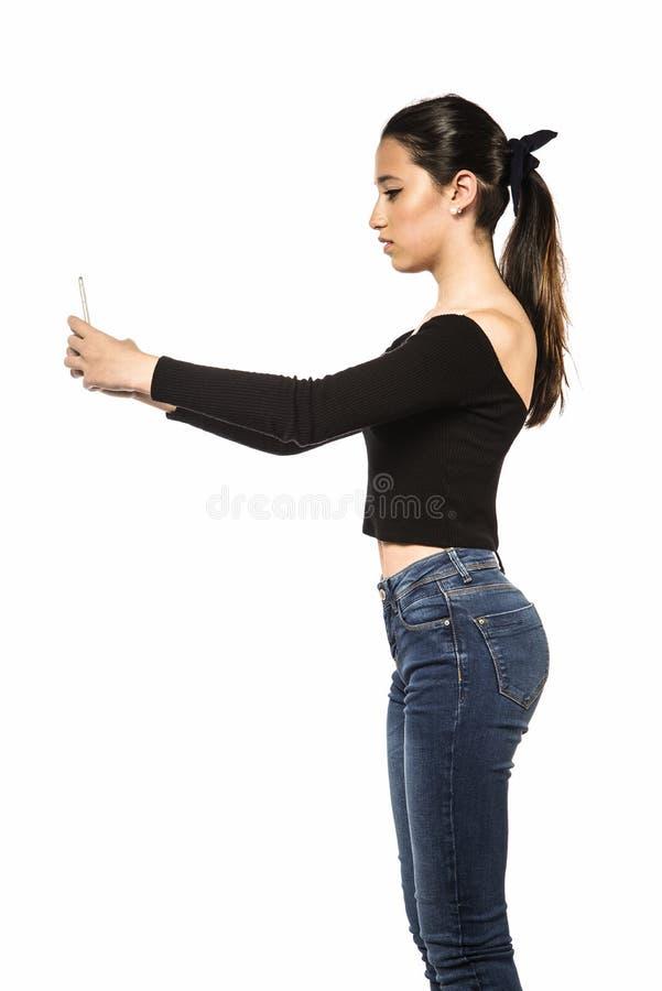 Jugendliche, die Handy verwendet lizenzfreie stockfotografie