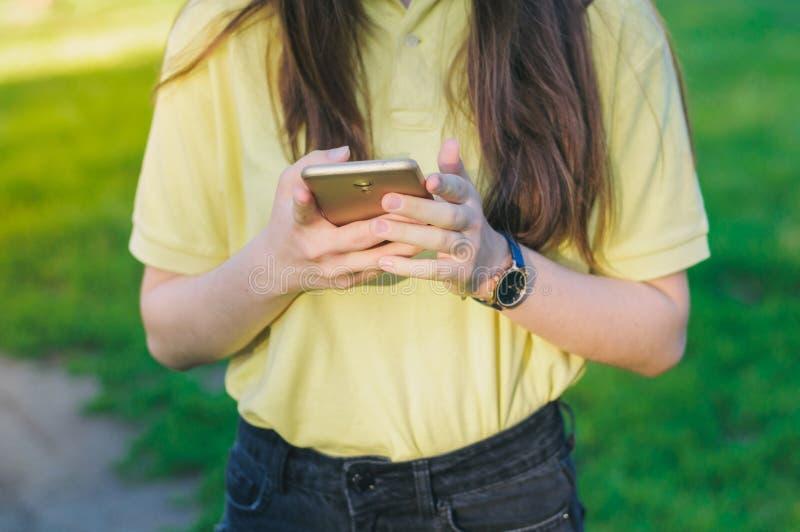 Jugendliche, die Handy verwendet, um Mitteilung zu senden lizenzfreie stockbilder