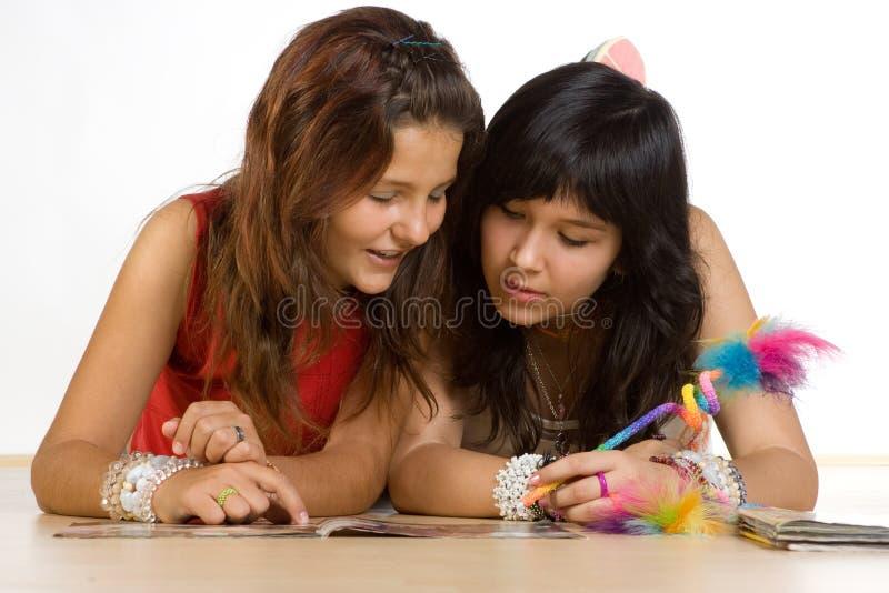 Jugendliche, die Heimarbeit tun lizenzfreies stockfoto