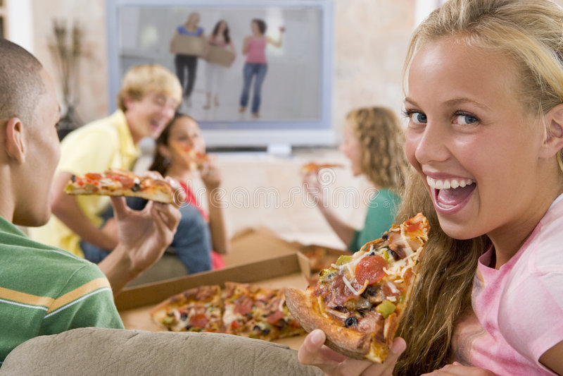 Jugendliche, die heraus vor Fernsehen hängen lizenzfreie stockbilder