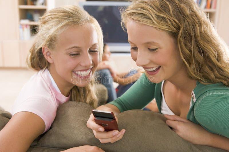Jugendliche, die heraus vor Fernsehen hängen lizenzfreies stockfoto