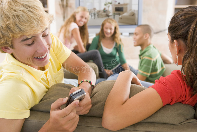 Jugendliche, die heraus vor Fernsehen hängen stockbilder