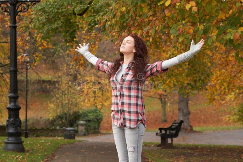 Jugendliche, die im Herbst-Park steht stockfotografie