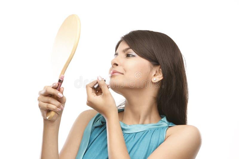 Jugendliche, die Lippenstift anwendet stockfotografie