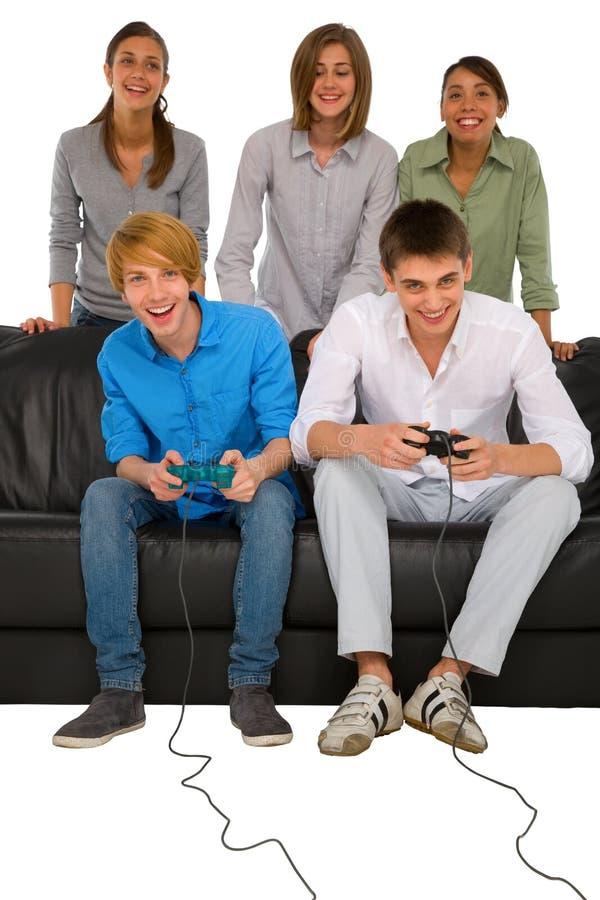 Jugendliche, die mit playstation spielen lizenzfreie stockfotos