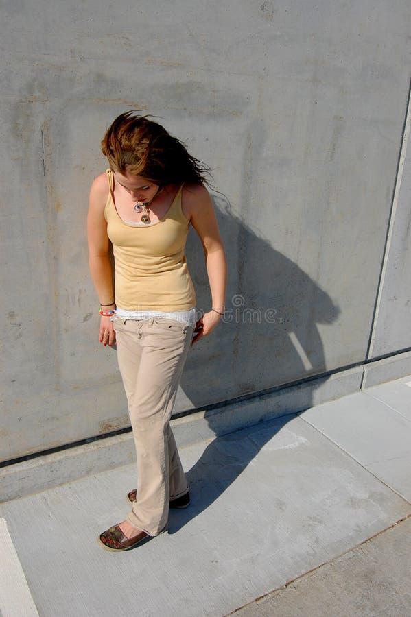 Jugendliche, die mit Schatten geht lizenzfreie stockfotografie