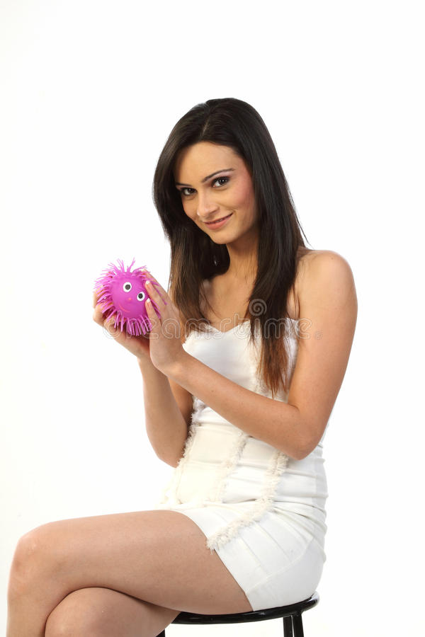 Jugendliche, die mit weichem rosafarbenem Spielzeug spielt lizenzfreie stockfotos
