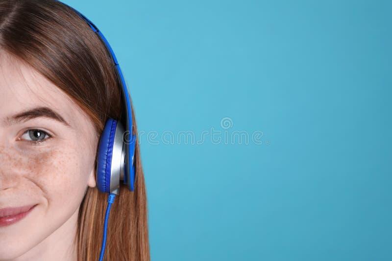 Jugendliche, die Musik in den Kopfhörern, Nahaufnahme genießt Raum f?r Text lizenzfreies stockfoto