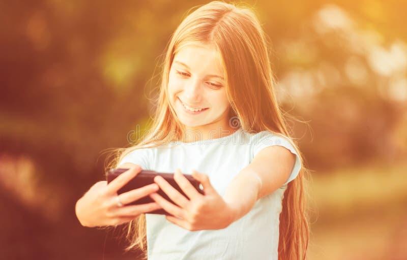 Jugendliche, die selfie nimmt stockfotografie