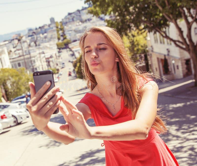 Jugendliche, die selfie nimmt lizenzfreie stockbilder