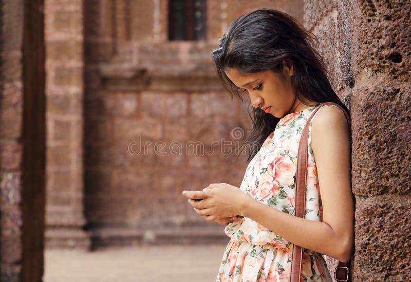 Jugendliche, die Smartphone verwendet lizenzfreie stockfotos
