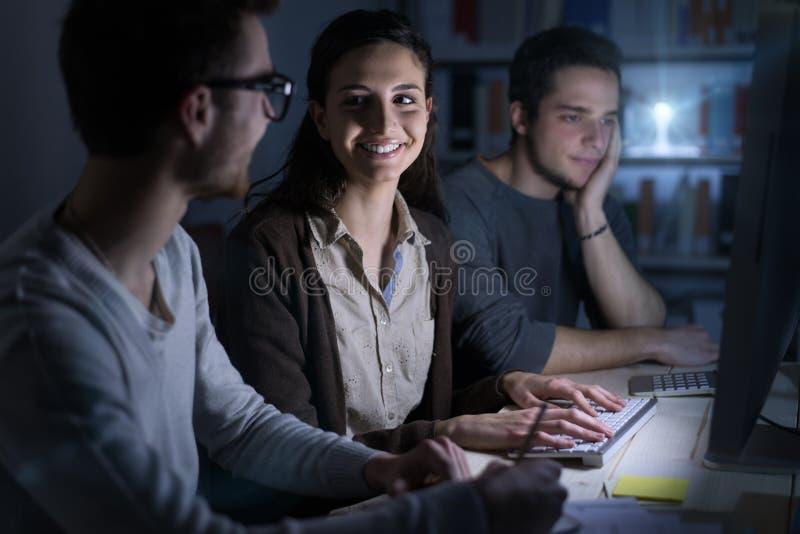 Jugendliche, die spät nachts studieren lizenzfreie stockbilder