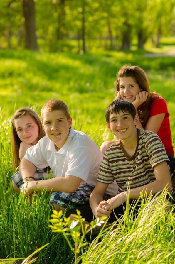 Jugendliche, die Spaß auf der Wiese haben stockbild
