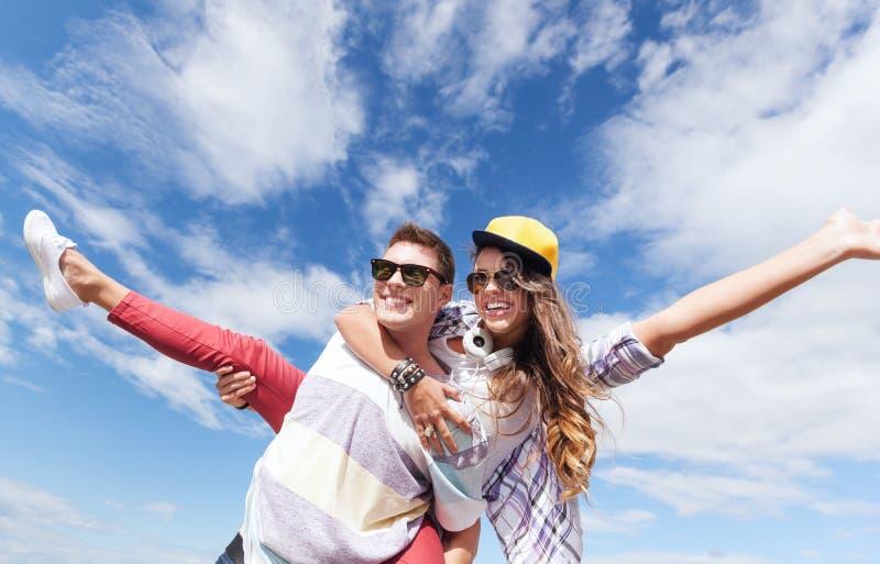 Jugendliche, die Spaß draußen haben lizenzfreie stockbilder