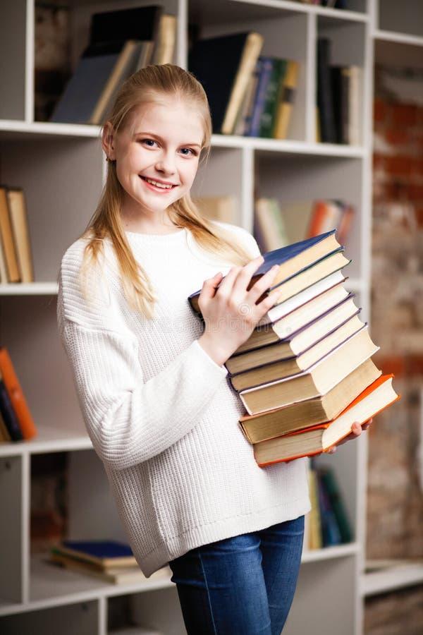 Jugendliche in einer Bibliothek stockbilder