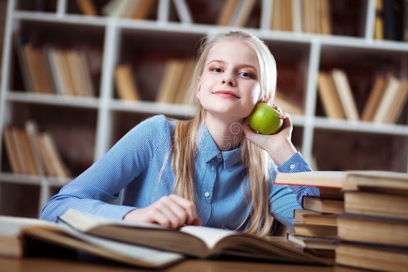 Jugendliche in einer Bibliothek stockfoto
