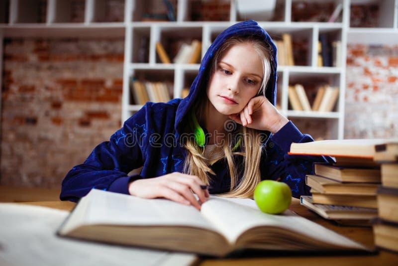 Jugendliche in einer Bibliothek lizenzfreies stockfoto