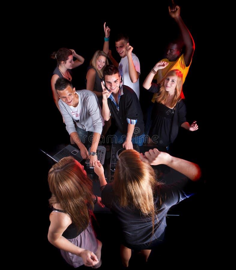 Jugendliche an einer Party mit djs lizenzfreie stockbilder