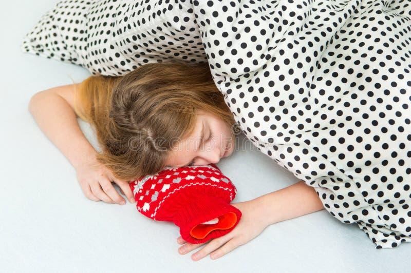 Jugendliche entspannen sich im Bett lizenzfreie stockfotografie