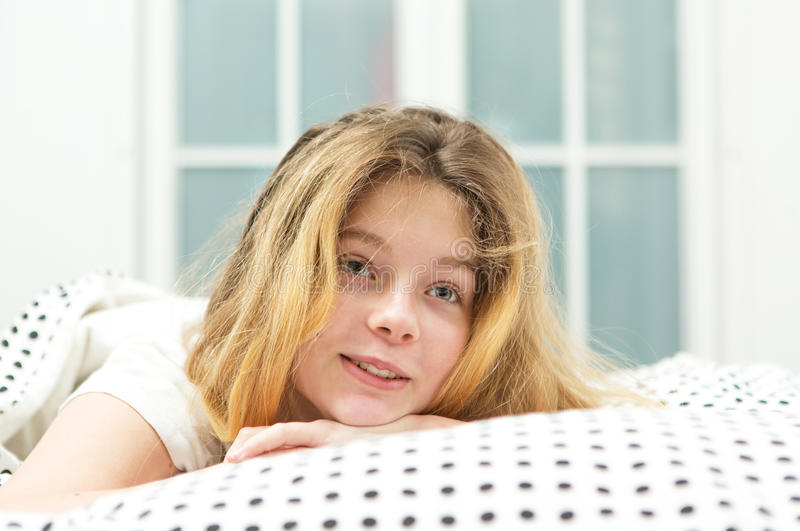 Jugendliche entspannen sich im Bett stockbilder