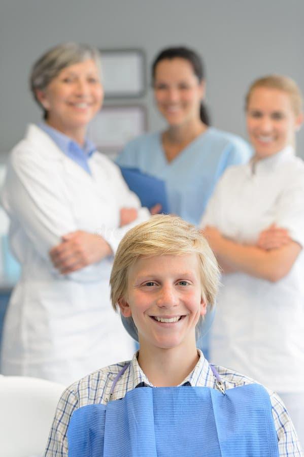Jugendliche geduldige Berufszahnarztteamüberprüfung stockfoto