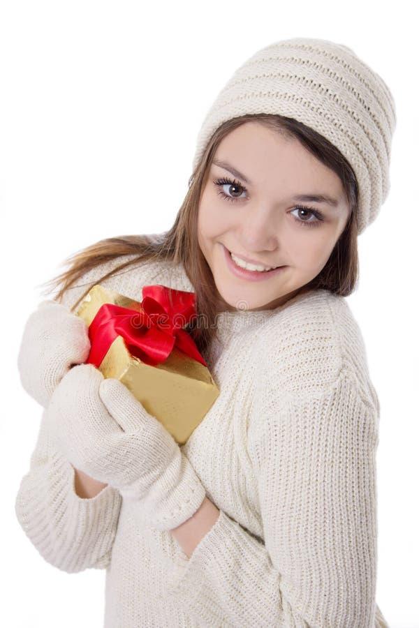 Jugendliche in gestricktem Handschuh und in Hut mit Geschenk lizenzfreie stockfotografie