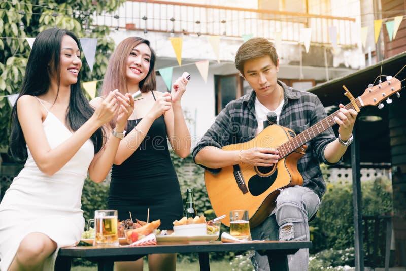 Jugendliche haben Spaß zusammen und feiern das Festival stockbild