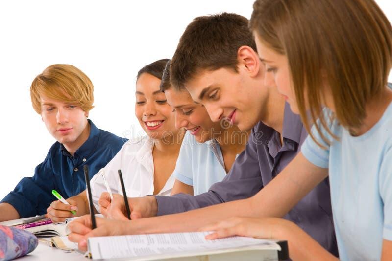 Jugendliche im Klassenzimmer lizenzfreie stockbilder
