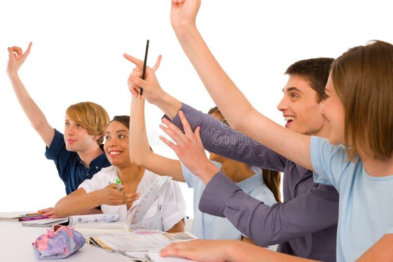 Jugendliche im Klassenzimmer mit den Armen oben stockfotografie
