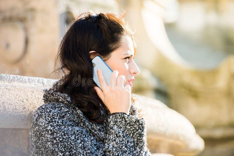 Jugendliche/junger Student, der am Telefon - naher hoher Schuss spricht stockfoto