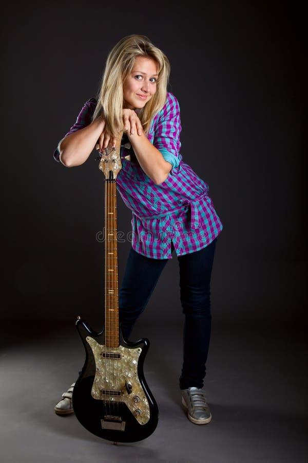 Jugendliche mit elektrischer Gitarre stockbilder