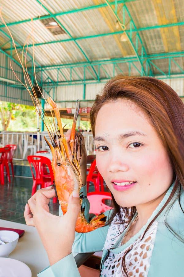 Jugendliche mit gegrillten Garnelen, samui Thailand lizenzfreies stockfoto