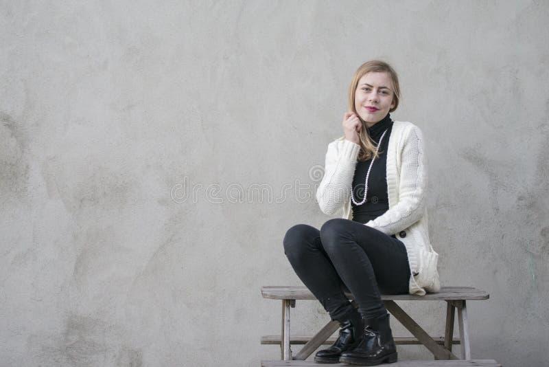 Jugendliche mit hohem Pullover des schwarzen Halses stockfotos