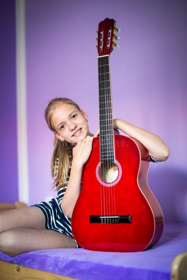 Jugendliche mit ihrer Gitarre stockfotografie
