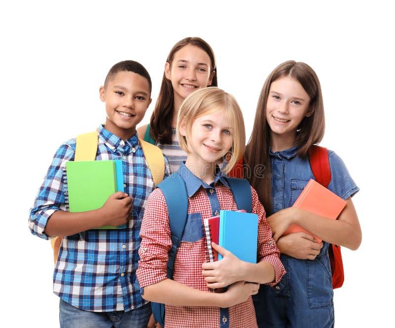 Jugendliche mit Rucksäcken und Notizbüchern auf weißem Hintergrund lizenzfreies stockfoto