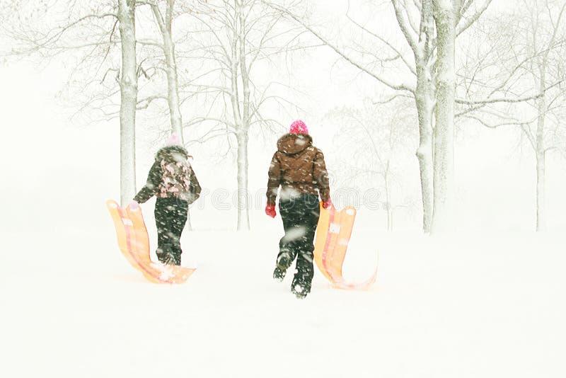 Jugendliche mit Schlitten im Wald stockfoto