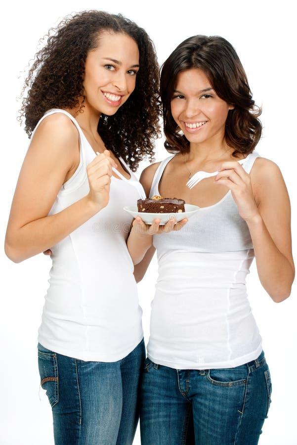 Jugendliche mit Schokoladenkuchen stockbild