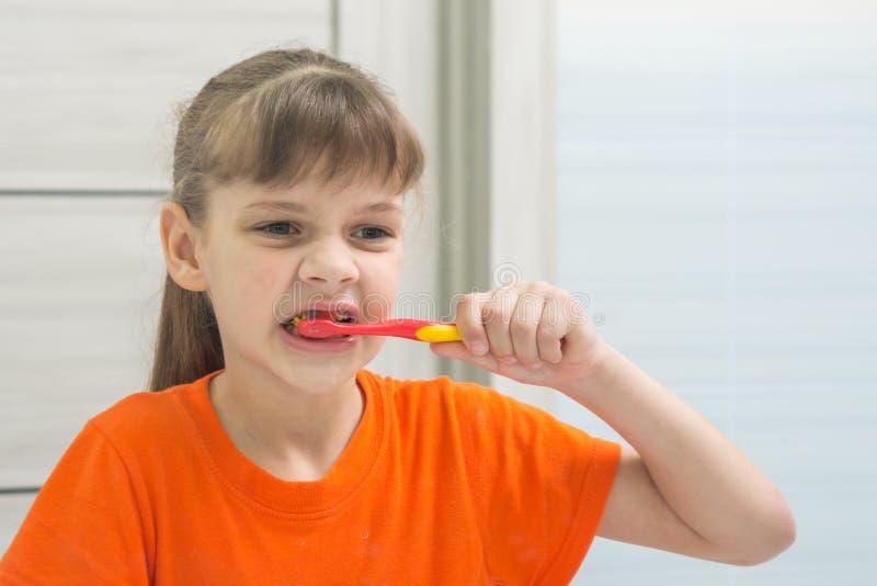 Jugendliche säubert ihre Vorderzähne lizenzfreie stockfotografie