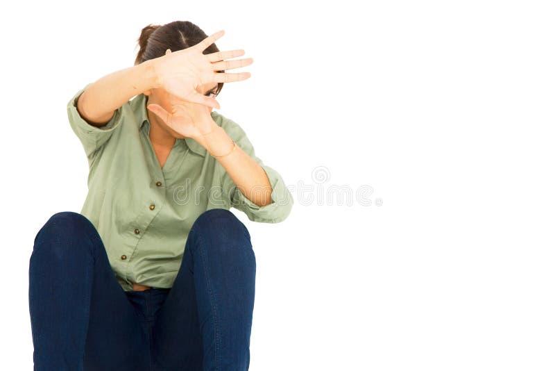 Jugendliche schützen sich mit den Armen vor Gesicht stockbilder