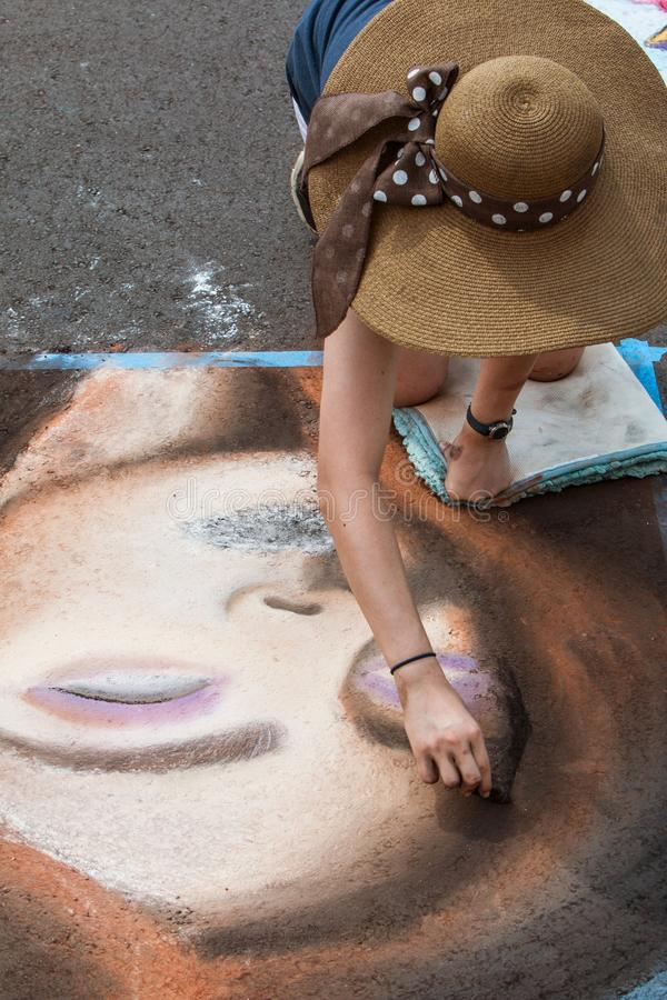 Jugendliche-Skizzen weissen Art On Pavement At Festival-Wettbewerb stockfotografie