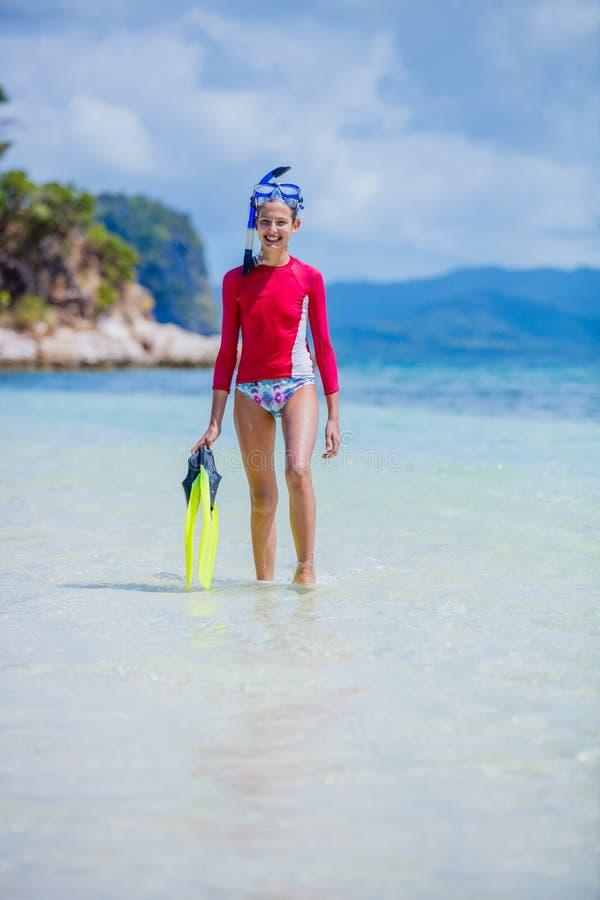 Jugendliche in tragender Sporttauchenausrüstung des Bikinis stockbilder