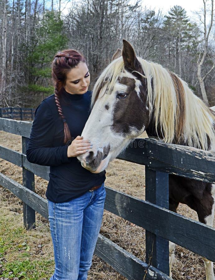 Jugendliche und ihr Pferd stockbilder